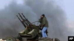 利比亞反政府武裝向效忠卡扎菲的軍隊開火還擊