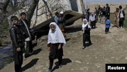 Bagrom tumanida portlatilgan avtobus oldidan o'tib ketayotgan bolalar, 11-aprel, Kobul, Afg'oniston