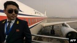 지난해 2월 중국 베이징 공항에서 북한 고려항공 승무원이 평양행 Tu-204 여객기에 탑승하는 승객을 맞이하고 있다.