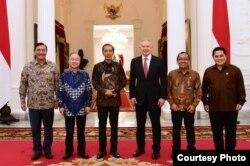 Presiden Joko Widodo didampingi oleh Menko Maritim dan Investasi Luhut Binsar Pandjaitan bertemu dengan Tony Blair dan Masayoshi Son di Istana Merdeka , Jakarta, Jumat (28/2) (Biro Setpres)