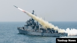 한국 해군이 19일 경북 울진군 죽변 해상에서 전비 태세 향상과 북한의 해상 도발의지 분쇄를 위한 함대함 유도탄 발사 훈련을 하고 있다.