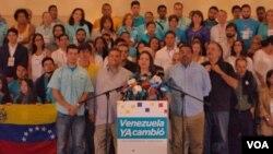 La oposición ganó dos tercios de los asientos del parlamento venezolano desbaratando la hegemonía que mantuvo el chavismo por 16 años. [Foto: Alvaro Algarra, VOA].