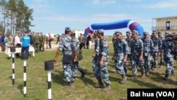 中俄军事合作增多。中国军队2015年参加俄罗斯主办的军事比赛活动。(美国之音白桦摄)