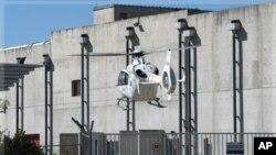 法國救援人員星期一乘坐直升機降落在發生爆炸的核設施的現場