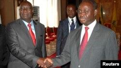Michel Am-Nondokro Djotodia (gauche) et Francois Bozizé (droite) lors des pourparlers de Libreville