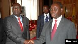 Michel Am-Nondokro Djotodia (à g.), leader de Séléka, avec le président François Bozizé (à dr.) à Libreville (11 jan. 2013)
