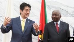 日本首相安倍晋三在莫桑比克首都马普托会晤莫桑比克总统格布扎。(2014年1月12日)