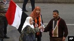手持國旗的示威者要求總統穆巴拉克下台