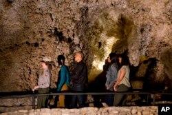 ສະມາຊິກພະແນກບໍລິການ ຂອງສວນອຸດທະຍານ ແຫ່ງຊາດ, ຊ້າຍ,ນຳພານາງ Malia Obama, ປະທານາທິບໍດີ ທ່ານ Barack Obama, ສະຕີໝາຍເລກໜຶ່ງ ທ່ານນາງ Michelle Obama ແລະນາງ Sasha Obama ໃນການທ່ຽວຊົມ ຖ້ຳ Carlsbad Caverns ຢູ່ໃນສວນຖ້ຳ Carlsbad Caverns ແຫ່ງຊາດ, ເມືອງ Carlsbad ຂອງລັດ New Mexico, ວັນທີ 17 ມິຖຸນາ 2016.