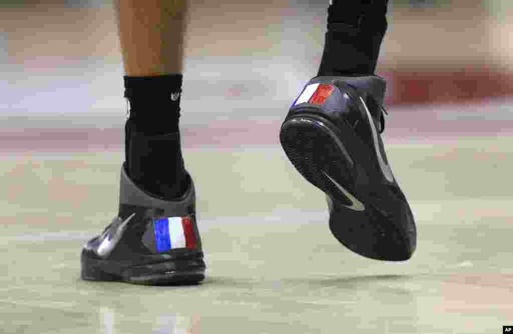 Rudy Gobert, numéro 27 de Utah, porte des chaussures aux couleurs du drapeau français lors d'un match de basket de la NBA, contre les Hawks d'Atlanta, à Atlanta, Etats-Unis 15 novembre 2015.