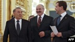 Tổng thống Nga Dmitry Medvedev, phải, Tổng thống Belarus Alexander Lukashenko, giữa, và Tổng thống Kazakhstan Nursultan Nazarbayev tham dự hội nghị thượng đỉnh CIS tại điện Kremlin, Moscow, 10/12/2010