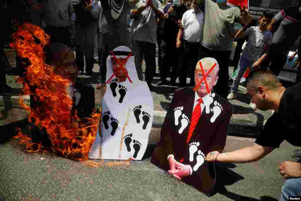 ជនប៉ាឡេស្ទីនដុតរូបប្រធានាធិបតីសហរដ្ឋអាមេរិក ដូណាល់ ត្រាំ និងព្រះអង្គម្ចាស់ស្នងរាជ្យMohammed bin Zayed al-Nahyan នៃប្រទេសអេមីរ៉ាតអារ៉ាប់រួម និងនាយករដ្ឋមន្ត្រីអ៊ីស្រាអែលBenjamin Netanyahu ក្នុងពេលបាតុកម្មនៅទីក្រុងNablus នៅតំបន់ West Bank ដែលអ៊ីស្រាអែលកាន់កាប់។