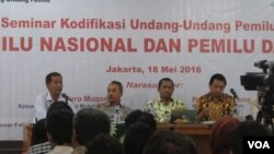 Pengamat Politik LIPI (Tengah) Syamsuddin Haris, Guru Besar Fakultas Hukum Universitas Andalas Padang, Saldi Isra dan Ketua Perludem Didik Supriyanto dalam diskusi pemilu di kantor PP Muhammadiyah Rabu (18/5). ( VOA/ Fathiyah Wardah)