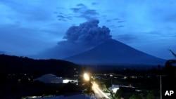 印尼巴厘岛阿贡山火山喷发的景象 (2017年11月28日)