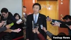 북한이 장거리 로켓 발사를 강행한 7일 윤병세 한국 외교통상부 장관이 청사를 나서며 기자들의 질문에 답하고 있다.