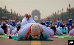成千上万人与印度总理一道做瑜伽