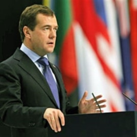 Russian President Dmitry Medvedev gives a media briefing at the end of a NATO summit in Lisbon, 20 Nov 2010, coinciding with a NATO plan to deliver a historic invitation for Russia to join a missile shield protecting Europe against Iranian attacks