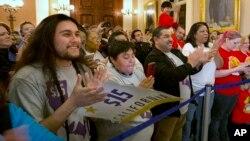 提升最低时薪法案的支持者在加州参议院外面庆祝(2016年3月31日)