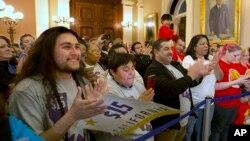 提升最低时薪法案的支持者在加州参议院外面庆祝。