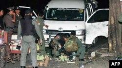 Quân đội Thái kiểm tra một khu vực sau khi lựu đạn phát nổ gần 1 trung tâm mua sắm miễn thuế tại Bangkok, 30/7/2010