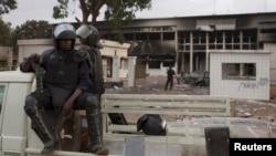 Des policiers burkinabè gardent le parlement incendié à Ouagadougou, au Burkina Faso, le 31 octobre 2014.