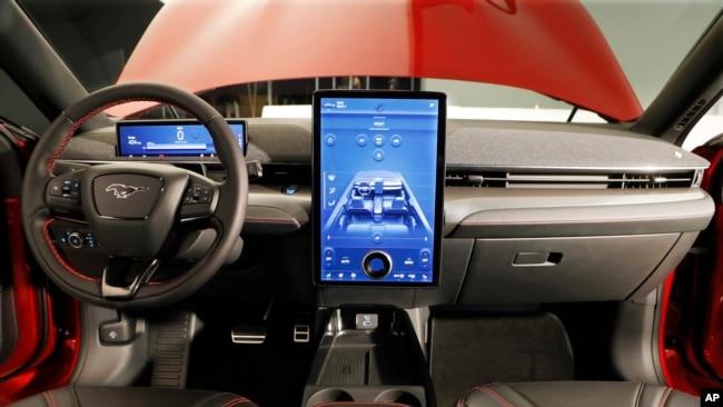 El interior de la versión eléctrica de este Ford Mustang es una oda a la tecnología moderna.