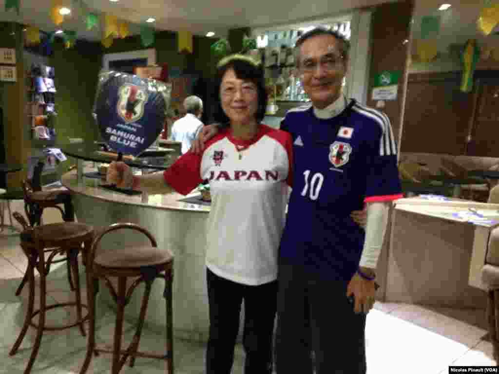 Des fans japonais s'apprêtant à suivre le match Japon-Côte d'Ivoire à Recife
