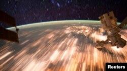 ایستگاه فضایی بین المللی با سرعت ۲۸ هزار کیلومتر در ساعت بدور زمین می چرخد.