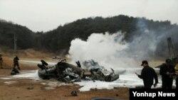 16일 한국 강원도 철원군 갈말읍 지포리 사격장에서 미군 헬기 1대가 추락한 가운데 소방대원 등이 진화작업을 벌이고 있다.
