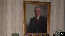 트루먼 태통령의 초상화가 걸려있는 사저의 실내 모습