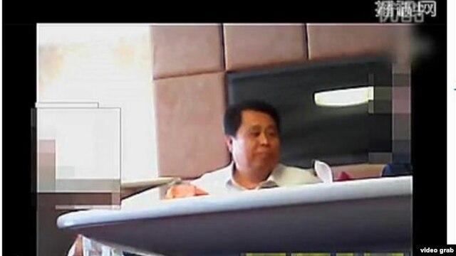 Hình ảnh bí thư đảng ủy Lương Văn Dũng ở thành phố Cô Sơn Tử trong đoạn video quay lén, sau đó đã được tải lên trang Sina