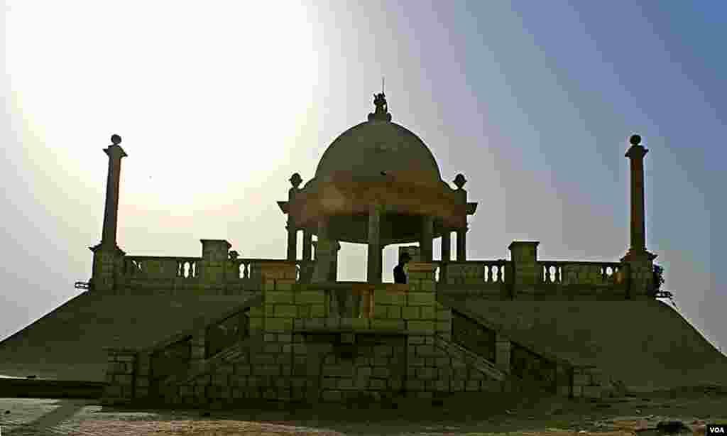 جہانگیر کوٹھاری پریڈ کا مرکزی حصہ جس پر ایک بڑا گنبد تعمیر ہے جو صدیوں سے سخت موسموں کو جھیل رہا ہے۔