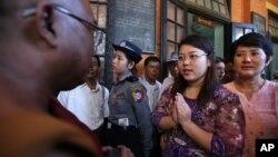 Mahasiswi Myanmar, Chaw Sandi Tun (25 tahun), berbicara dengan seorang pendeta Budha setelah sidang di pengadilan di kota Maubin, Myanmar, Selasa (24/11)