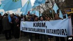 Tatari na jednom od prosvjeda protiv referenduma o pripajanju Krima Rusiji