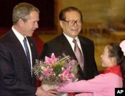 江泽民2002年2月在人民大会堂欢迎布什