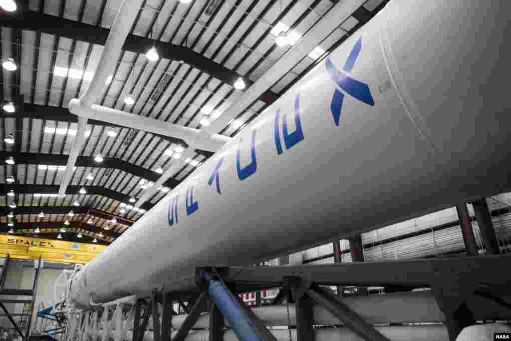 Une fusée Falson 9 de SpaceX en voie d'être apprêtée pour le transport d'une capsule Dragon (NASA/Ben Smegelsky)