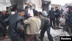 Местные жители эвакуируют погибших и раненых с места взрыва. Хальфая, Сирия. 23 декабря 2012 года