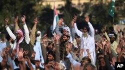 Pendukung Dewan Pembela Pakistan meneriakkan slogan-slogan saat berpawai menentang Amerika, di Rawalpindi, Pakistan, 29 Desember 2017.