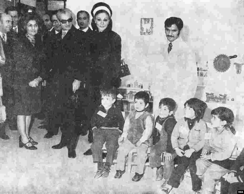 بازدید محمدرضا شاه و ملکه ایران از مهدکودکی در نازی آباد تهران - دهه ۱۳۵۰ خورشیدی