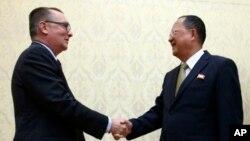 Jeffrey Feltman, Wakil Sekjen PBB untuk urusan politik (kiri) bertemu Menlu Korea Utara Ri Yong Ho, di Pyongyang, Kamis (7/12).