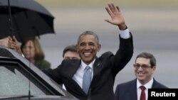 20일 3일 일정으로 쿠바를 방문한 바락 오바마 미국 대통령이 아바나국제공항에 도착해 손을 흔들고 있다.