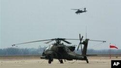 Một chiếc trực thăng Apache chuẩn bị hạ cánh xuống Fort Riley, Kansas.