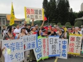 抗议民众和标语 (美国之音记者 张永泰拍摄)