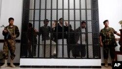 Binh sĩ Yemen đứng canh tại một phiên tòa xử các nghi can al-Qaida ở Sanaa, Yemen, 4/3/13