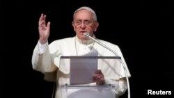 2014年1月12日,教宗方济各在梵蒂冈圣彼得广场使徒宫的窗前发表讲话。