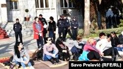 Protest majki ispred crnogorske skupštine