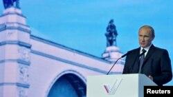 Tổng thống Nga Vladimir Putin phát biểu tại 1 cuộc gặp gỡ những người ủng hộ ở Moscow, 18/11/2014.