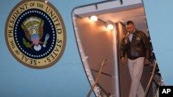 باراک اوباما رییس جمهروی آمریکا به هنگام ورود به پایگاه بگرام در افغانستان - ۴ خرداد ۱۳۹۳