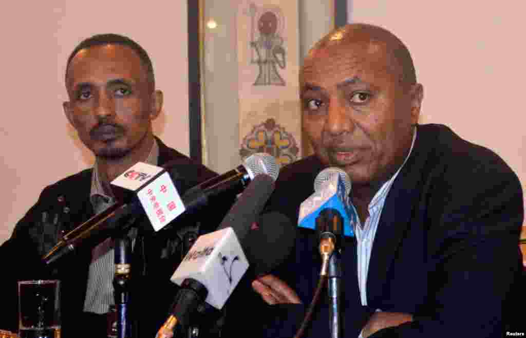 Ethiopian government spokesman Bereket Simon (R) makes the official announcement of Meles' death in Addis Ababa August 21, 2012.