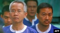 Nhà hoạt động Thái Veera Somkwamkid (trái) và nhà lập pháp Thái Panich Vikitsreth tại một tòa án ở Phnom Penh